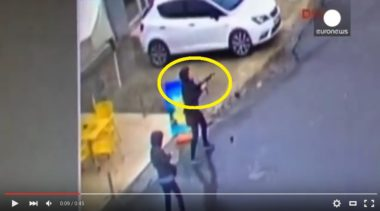 Video schock : 2 donne armate attaccano la stazione di polizia e vengono uccise