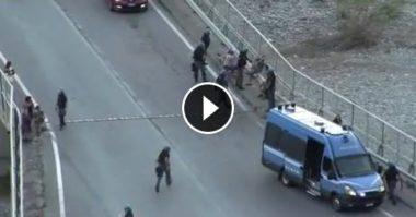 Ventimiglia, polizia manganella donne e ragazzini : le immagini dei tafferugli