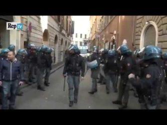 Roma: violenti scontri tra tassisti e forze dell'ordine – video