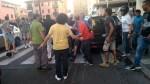 No vax circondano i parlamentari che escono dopo l'approvazione del decreto – m5s prendono le distanze dalla violenza