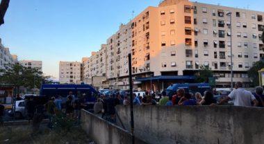 Roma, tensioni a Tor Bella Monaca al sit-in di Forza Nuova, lanci di bottiglie e oggetti: un agente ferito
