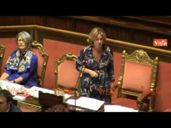 """Vaccini – Lorenzin : """"il paese lo dividiamo noi """" dichiarazione in diretta interrotta dalla senatrice M5S lezzi"""