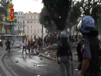 Read more about the article Video, sgombero di Piazza Indipendenza: a Roma queste scene sono all'ordine del giorno