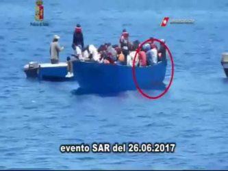 Un video mostra trafficanti che consegnano migranti alle Ong