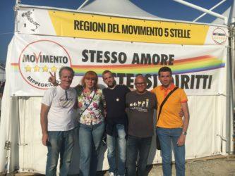 """Italia 5 stelle, tra gli stand anche lo striscione per i diritti gay: """"Se M5s al governo si approverà la stepchild adoption"""" –"""