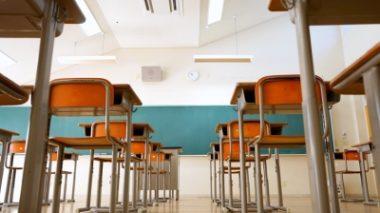 Al liceo mancano sedie e banchi e la preside mette annuncio su Facebook