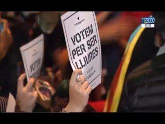 Barcellona (video) – in 40mila circondano il parlamento e chiedono di votare per l'indipendenza , la risposta del governo : denunciati tutti !