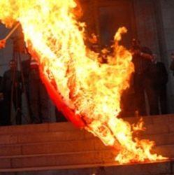 """incendiò la bandiera: condannato a 16 anni di carcere per """"Crimine d'odio"""""""