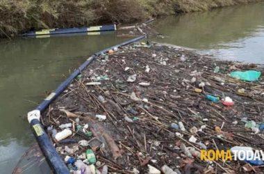 La barriera 'acchiappa-plastica' nel Tevere funziona: in un mese raccolti quasi 500 chili di rifiuti