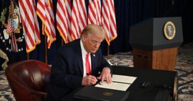 """Trump il """"mostro"""" : vara sussidi per disoccupati e sospende le imposte sui salari"""