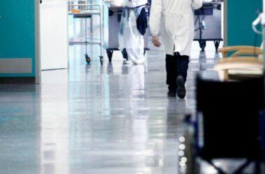 Procedimenti disciplinari per i medici contrari alle vaccinazioni di massa : colpirne uno per educare 100