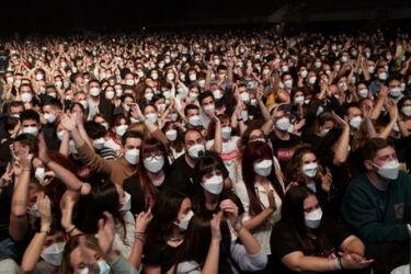 """Covid: Spagna, 5000 persone al concerto dei """"Love of Lesbian"""" , esperimento riuscito"""