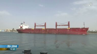 Video:Cargo arenato nel Canale di Suez. Autorità: navigazione sospesa