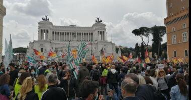Read more about the article Roma, Tensione a Piazza Venezia: lavoratori Alitalia protestano
