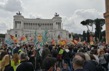 Roma, Tensione a Piazza Venezia: lavoratori Alitalia protestano