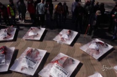 Manifestazione choc: manifestanti  'confezionati' come carne al supermercato