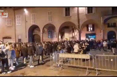 Giovani in piazza contro i divieti e le transenne : Arrivo delle forze dell'ordine