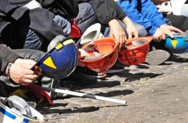 Italiani che lavora a 4 euro l'ora, se gli va bene: camerieri, fattorini, operatori sanitari
