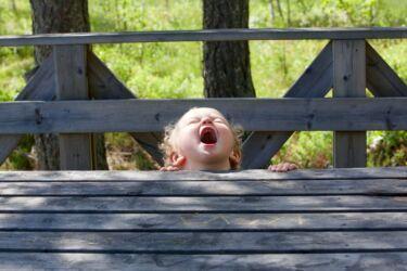 Bambini vigilantes per controllare i comportamenti dei loro compagni: stiamo per toccare il fondo?