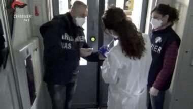 Scandalo covid: il virus viaggia su bus e treni, Nas trovano tracce di Covid su pulsanti e maniglie