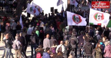 """Read more about the article 50mila persone al Circo Massimo a Roma: """"Noi la democrazia"""". Manifestanti offrono fiori alla polizia"""